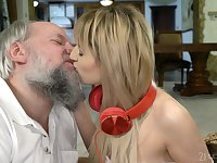 Teen amateur blonde vixen Sarah Cute gets a facial from an old guy